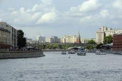 Bateaux sur la rivière de Moscou, Russie Photos libres de droits