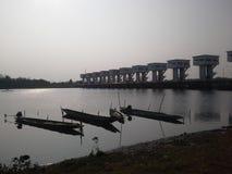 Bateaux sur la rivière plate pendant le matin Pak Pa Nang River Thailand Photos stock