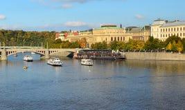 Bateaux sur la rivière Vltava de Prague et le pont de Manesuv, République Tchèque Photographie stock