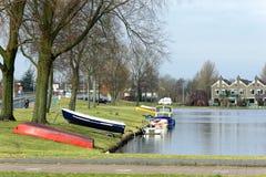 Bateaux sur la terre près de l'eau en peu de ville quelque part aux Pays-Bas Image libre de droits