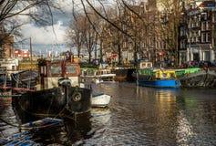 Bateaux sur le canal à Amsterdam Image stock
