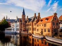 004-19 - Bateaux sur le canal à Bruges photo libre de droits