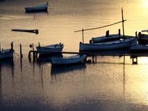 Bateaux sur le coucher du soleil Images stock