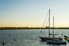 Bateaux sur le coucher du soleil de rivière Image libre de droits