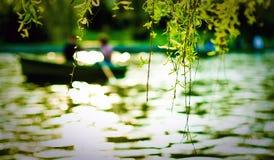 Bateaux sur le fleuve Photos stock