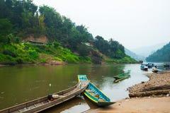 Bateaux sur le fleuve Photographie stock libre de droits