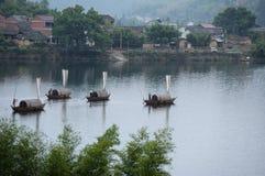 Bateaux sur le fleuve images stock