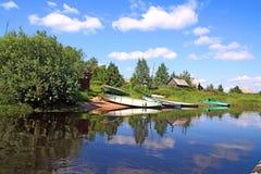 Bateaux sur le fleuve de côte Photos stock