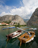 Bateaux sur le fleuve de Cetina Images stock