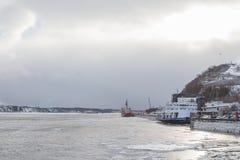Bateaux sur le fleuve Saint-Laurent en hiver Photo libre de droits