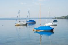 Bateaux sur le lac calme Photo libre de droits