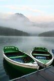 Bateaux sur le lac de montagne photographie stock
