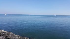 Bateaux sur le lac en été à midi images libres de droits