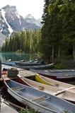 Bateaux sur le lac moraine image libre de droits