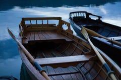 Bateaux sur le lac par l'eau photos stock