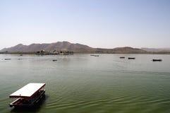 Bateaux sur le lac Pichola Photographie stock libre de droits
