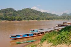 Bateaux sur le Mekong. Luang Prabang. Les Laotiens. Images stock