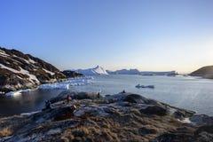Bateaux sur le pilier dans l'icefjord d'Ilulissat du Groenland Mai 2016 Images stock