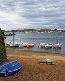 Bateaux sur le rivage au temps orageux Photo libre de droits