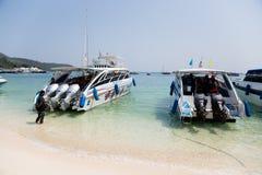 Bateaux sur le rivage de l'île de Phi Phi Doh, Thaïlande Images libres de droits