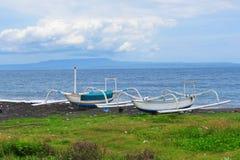 Bateaux sur le rivage de la plage dans Bali Images stock