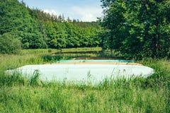 Bateaux sur le rivage de lac Photo stock