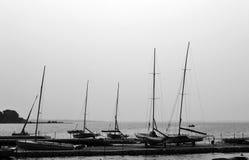 Bateaux sur le rivage de lac de ville Image libre de droits