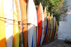 Bateaux sur le rivage du lac Como Photos libres de droits
