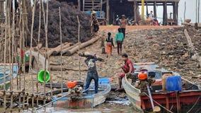 Bateaux sur le rivage, sève de Tonle, Cambodge Photographie stock