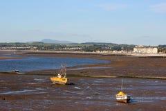 Bateaux sur le sable, marée basse, bord de mer Morecambe Image stock