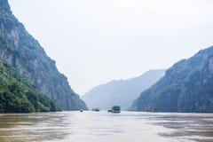 Bateaux sur le Three Gorges du ` s le fleuve Yangtze de la Chine photos stock