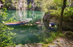 Bateaux sur un barrage au printemps, canyon Matka Photographie stock libre de droits