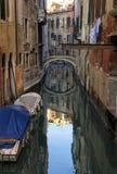 Bateaux sur un canal à Venise Image libre de droits