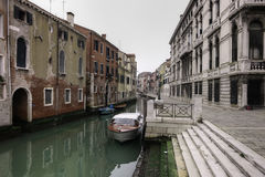Bateaux sur un canal à Venise Photos libres de droits