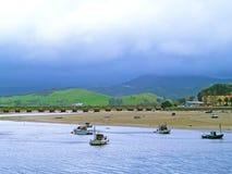 Bateaux sur un estuaire un jour nuageux photo libre de droits