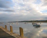 Bateaux sur un fleuve anglais au coucher du soleil Photographie stock libre de droits