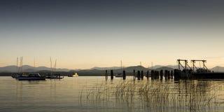 Bateaux sur un lac calme à l'aube Photo libre de droits