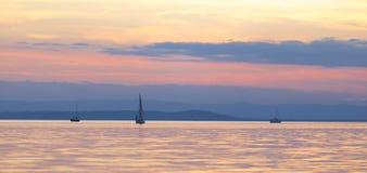 Bateaux sur un lac calme Images libres de droits