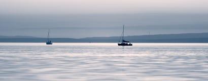 Bateaux sur un lac calme Image stock