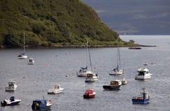 Bateaux sur un lac dans les montagnes Image libre de droits