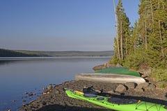 Bateaux sur un rivage calme de lac au matin Image libre de droits