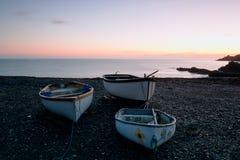 Bateaux sur une plage Photographie stock libre de droits