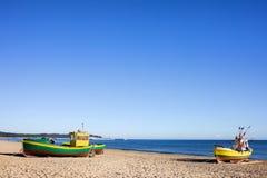 Bateaux sur une plage sablonneuse Photo libre de droits