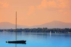 Bateaux sur une surface calme de lac Photo stock