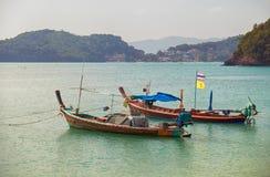 Bateaux thaïlandais en mer d'Andaman Photographie stock libre de droits