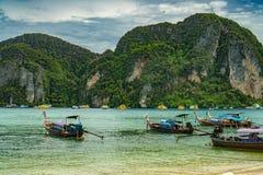 Bateaux thaïlandais traditionnels de Longtail et nouveaux bateaux de vitesse sur l'île de Phi Phi, Thaïlande Images libres de droits
