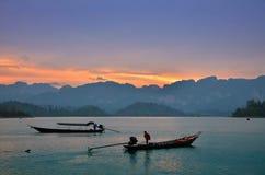 Bateaux thaïlandais traditionnels de longue queue au coucher du soleil Photo libre de droits