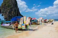 Bateaux thaïlandais traditionnels de longue queue avec la nourriture Images stock