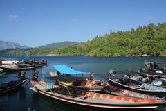 Bateaux thaïs de longtail dans le barrage Photos stock