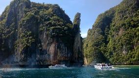 Bateaux touristiques dans la baie d'îles de Phi Phi Photographie stock libre de droits